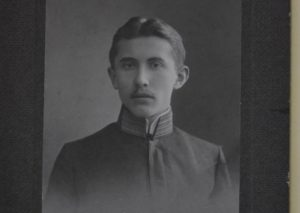 Євген Коновалець. Фото травень 1909 р., на згадку про завершення гімназії у Львові.